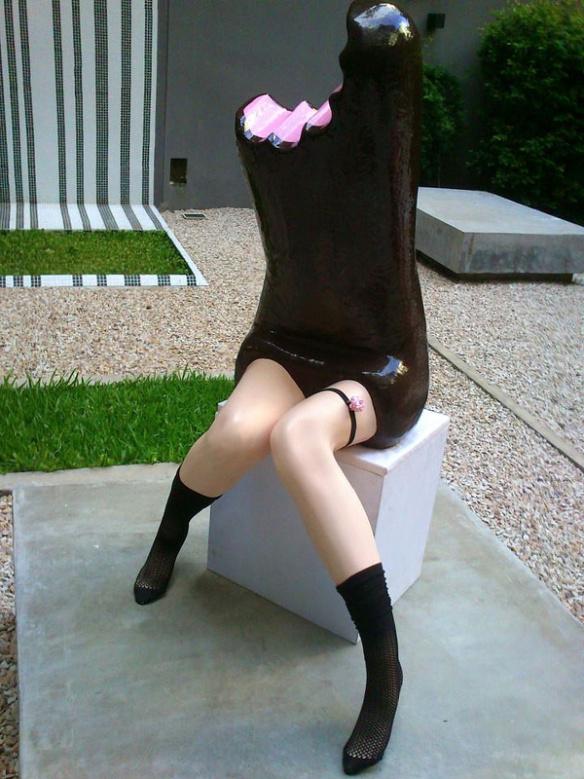 neobychnye-skulptury-sladostej-s-chelovecheskimi-nogami-1