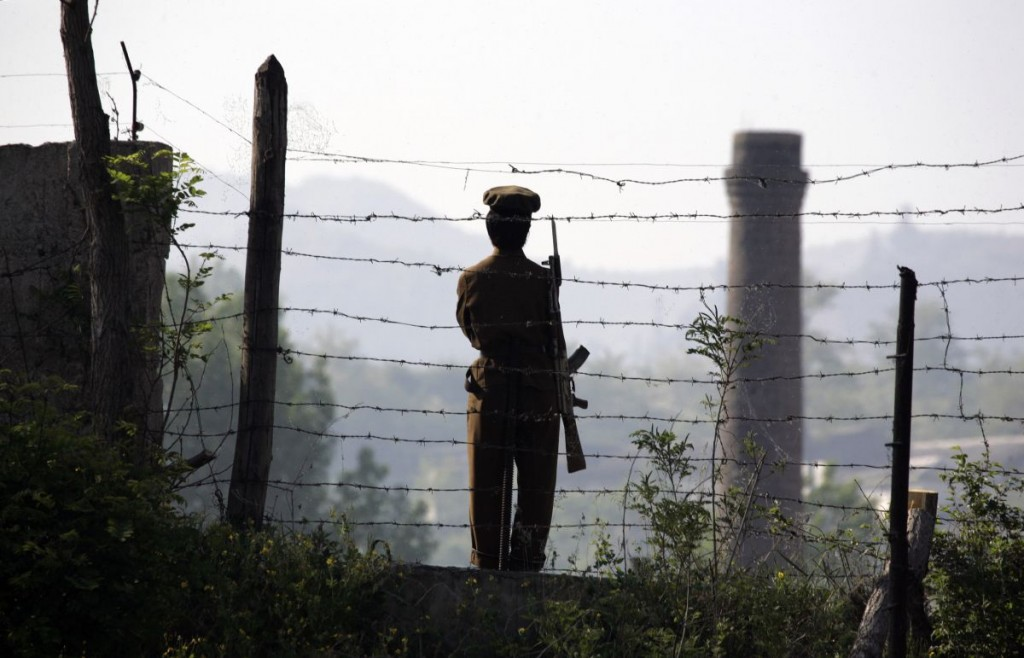 A female North Korean soldier guards the banks of the Yalu River near the Chongsong county of North Korea opposite the Chinese border town of Hekou, northeastern China's Liaoning province May 31, 2009. U.S. Defense Secretary Robert Gates said on Saturday the United States would not accept a nuclear-armed North Korea and he warned Pyongyang against transferring nuclear material overseas. REUTERS/Jason Lee (NORTH KOREA POLITICS MILITARY IMAGES OF THE DAY) - RTR243RW