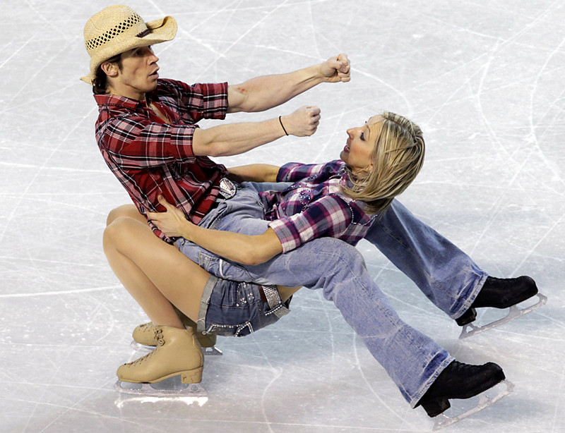 Sinead Kerr and John Kerr of Britain compete in the Ice Dancing Original Dance at the European Figure Skating Championships in Tallinn January 21, 2010. REUTERS/Ints Kalnins (ESTONIA - Tags: SPORT FIGURE SKATING)