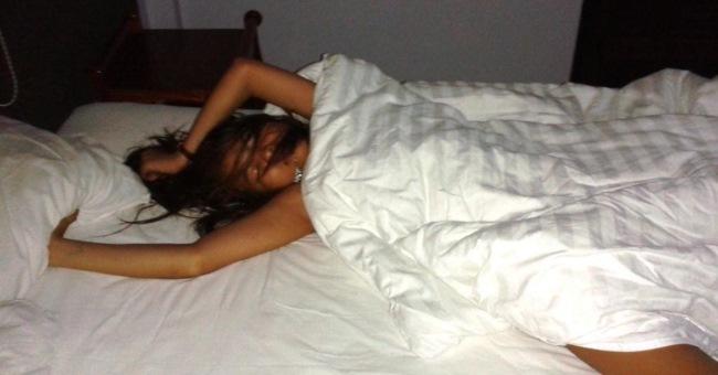 она спит ее фотографируют съемочную площадку