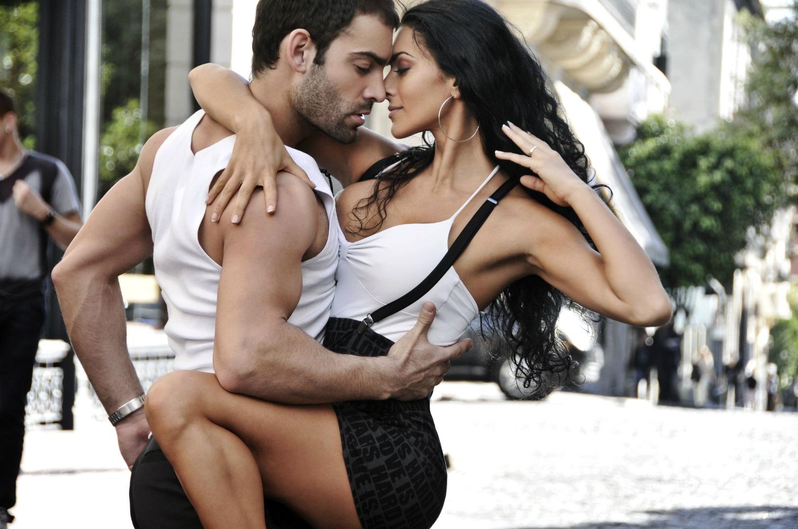 Картинки девушка танцует с парнем