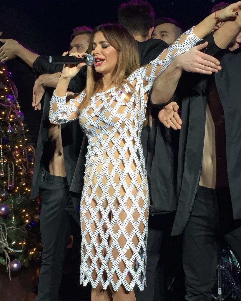Выступление голой девушки на публике, случайно тети в попу