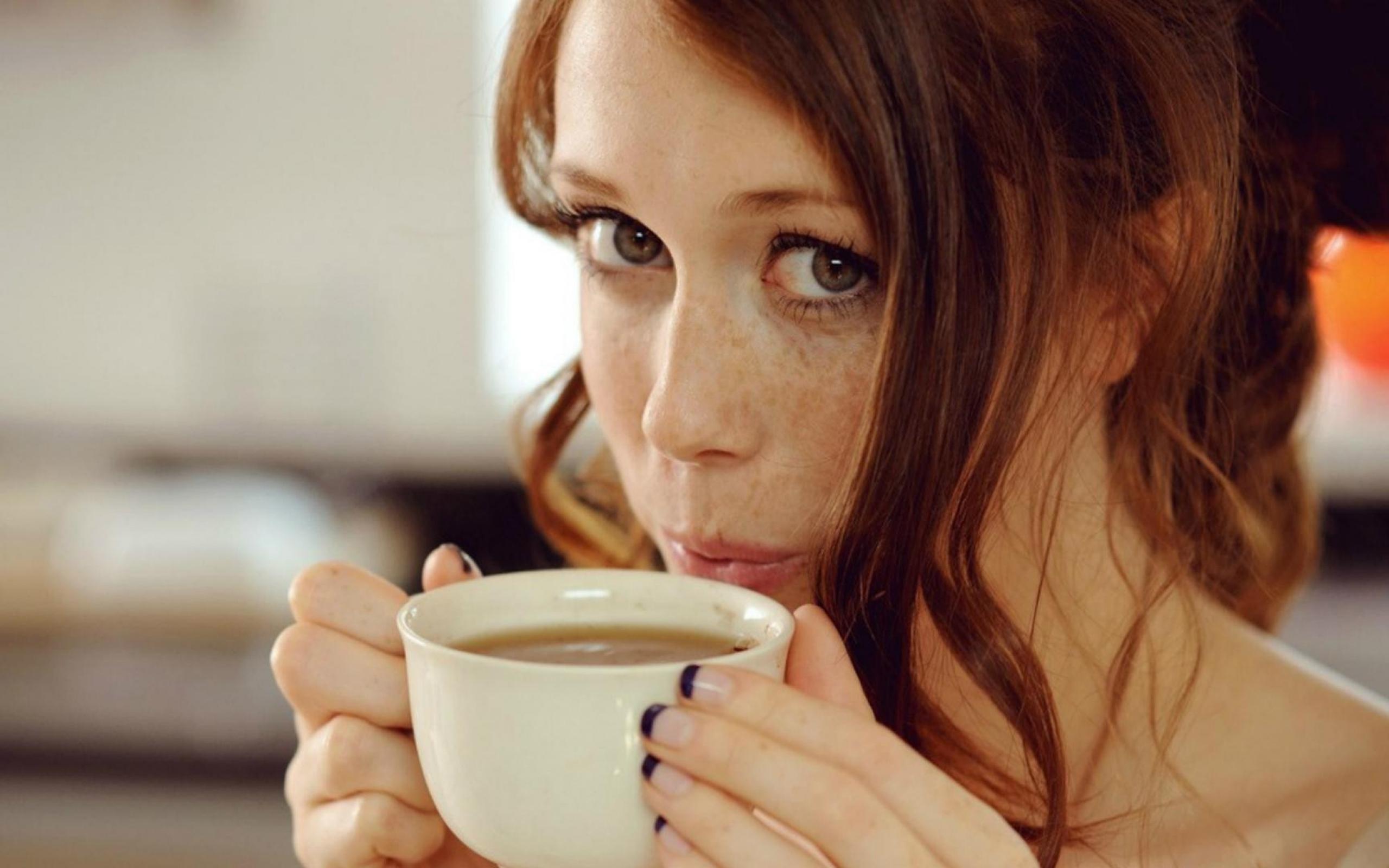 www-getbg-net_girls_girl_with_freckles_drinking_coffee_084005_