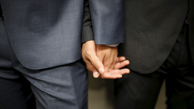 two-men-holding-hands-homo-678x381