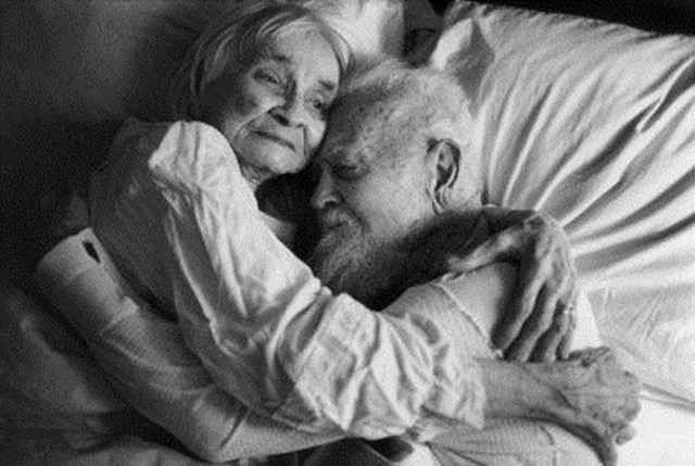 resized_black_white_couple_growing_old_happy_hug_love-5fea0f7d11e492208067da499e1c9c13_h