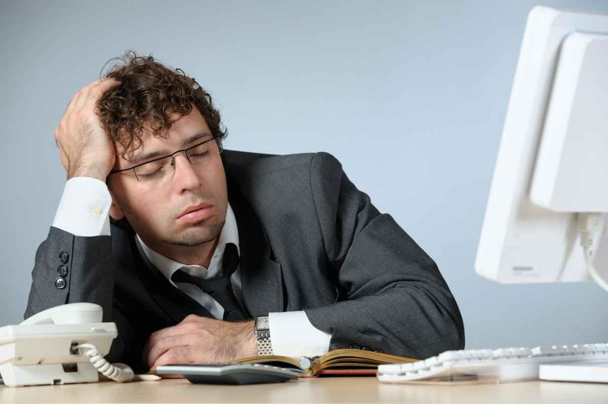 картинка спящего человека за столом ствол