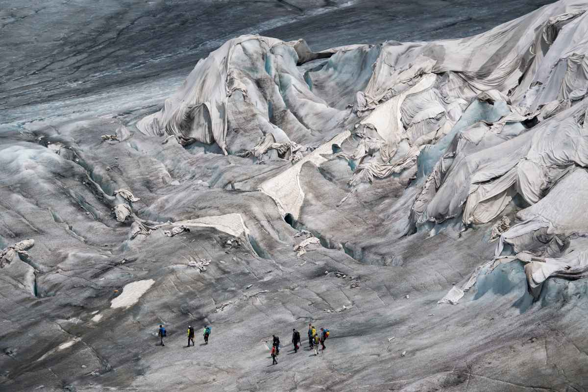 Люди накрывают ледник одеялами каждый год. Вот зачем они это делают…