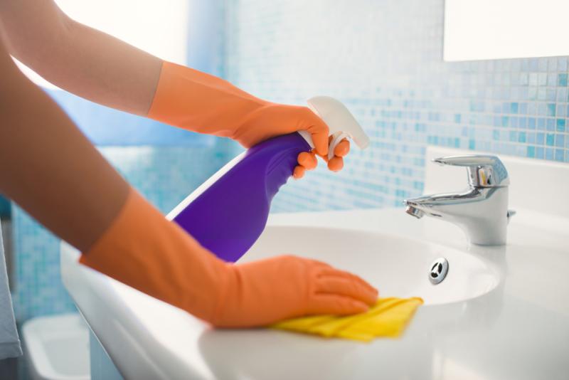 Быстро и просто: идеальное решение для очистки, которое оставляет вашу ванну и душ белым и блестящим