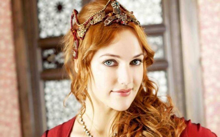 «Роксолана уже совсем не та»: Мерьем Узерли ошарашила поклонников своей изменившейся внешностью