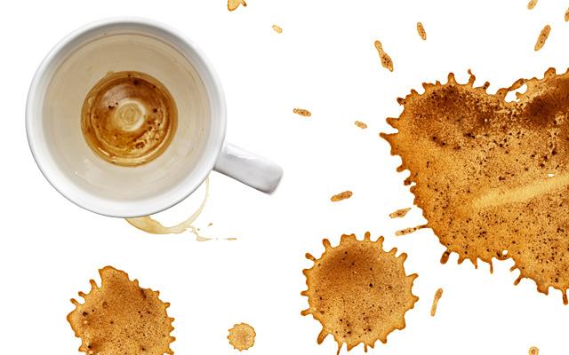 Этим пользовались наши бабушки: способ который сможет помочь вам удалить пятна с кофе на чашки