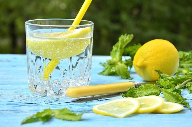 Не только вкусно, но и полезно: Вот почему стоит регулярно употреблять воду с лимоном
