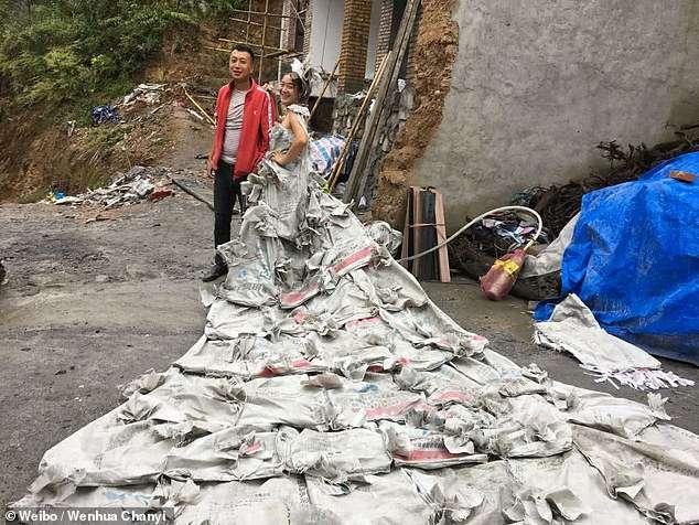 От скуки китаянка сшила из 40 мешков для цемента свадебное платье