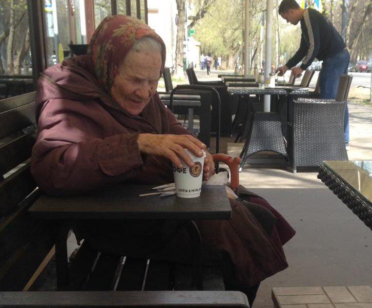 «Мы всякую шушеру не обслуживаем»: ответ продавца в кафе заставил вспомнить, что мир не без добрых людей
