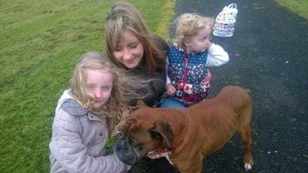 Эта собака-боксер ждала свою страшную участь на дне бетонного колодца, когда на помощь к ней пришла 6-летняя девочка