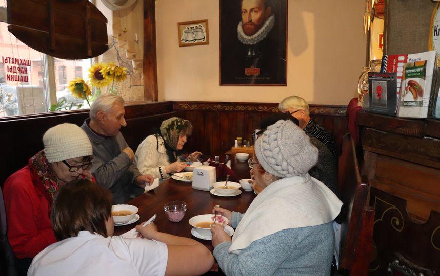 Открылось кафе, где пенсионеров кормят бесплатно. Вот как оно работает