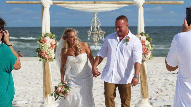 Жених в день свадьбы спас утопающего подростка, которого унесло далеко от берега