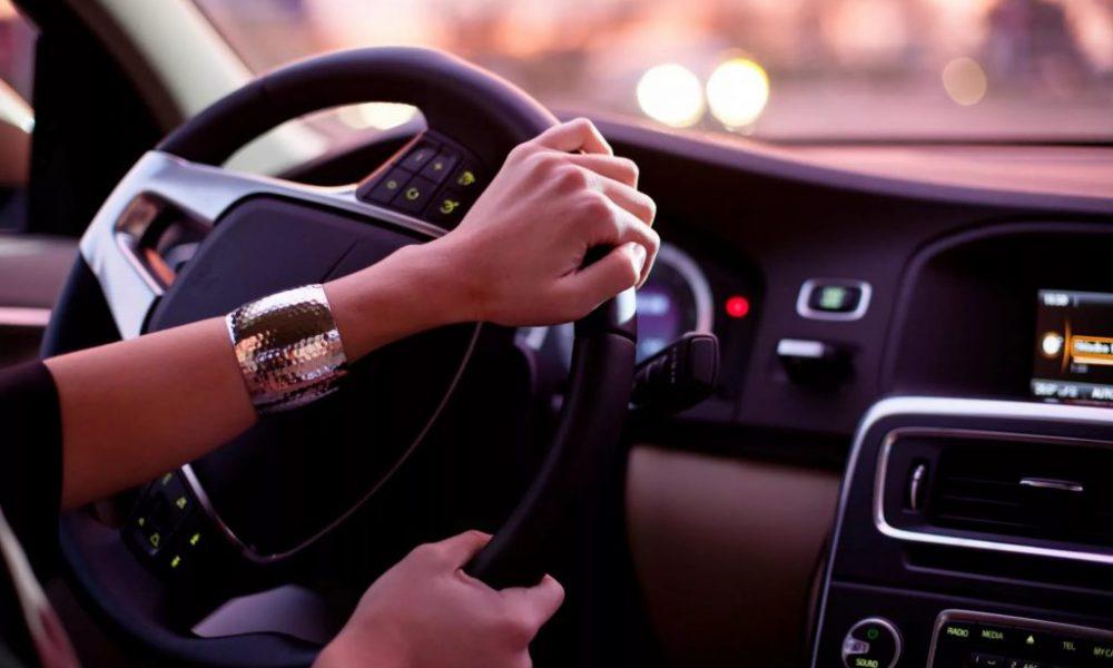 Водителю пришлось ехать за медленно едущим автомобилем. Но записка на заднем стекле всё объяснила