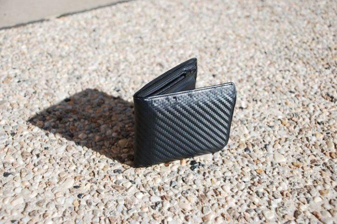 Школьник нашёл на дороге сумочку с 10 000 долларов и отнёс её в полицию