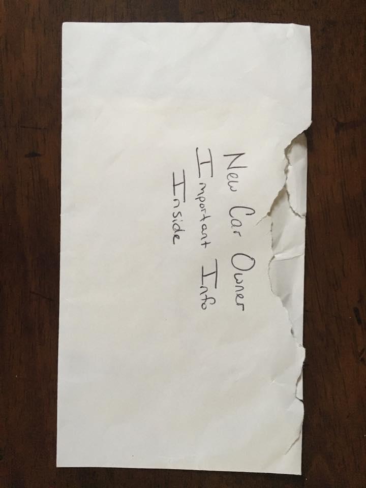 Мужчина купил дочери старенький «Форд». Но во время уборки в автомобиле он нашел записку, которую читал и плакал