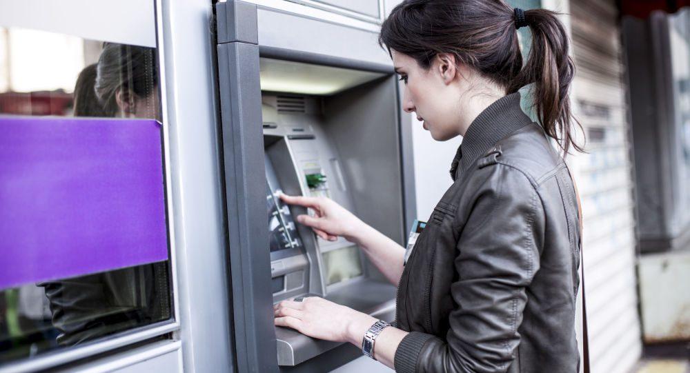 Пока автобус не приехал к остановке, я решила забежать в банкомат и денег снять