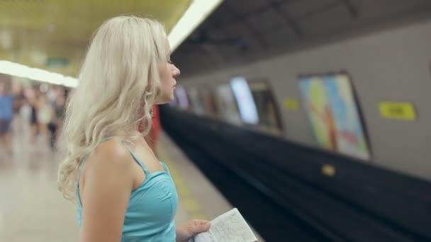 Блондинка вошла в вагон и поразила каждого…