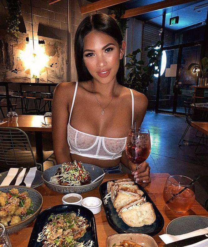 Девушка пришла в ресторан и ее попросили покинуть заведение. А все из-за ее наряда