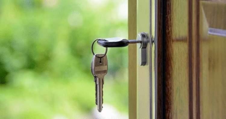 Деньги приготовила? — спросила женщина лет 45, которая открыла дверь своим ключом