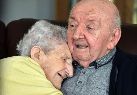 «Их невозможно разлучить»: Мать переехала в дом престарелых, чтобы ухаживать за сыном