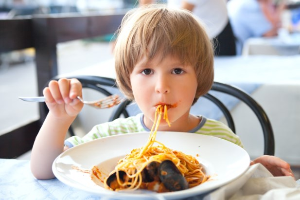 Посетитель ресторана обидел ребенка-инвалида, но всех поразила реакция официанта на этот инцидент