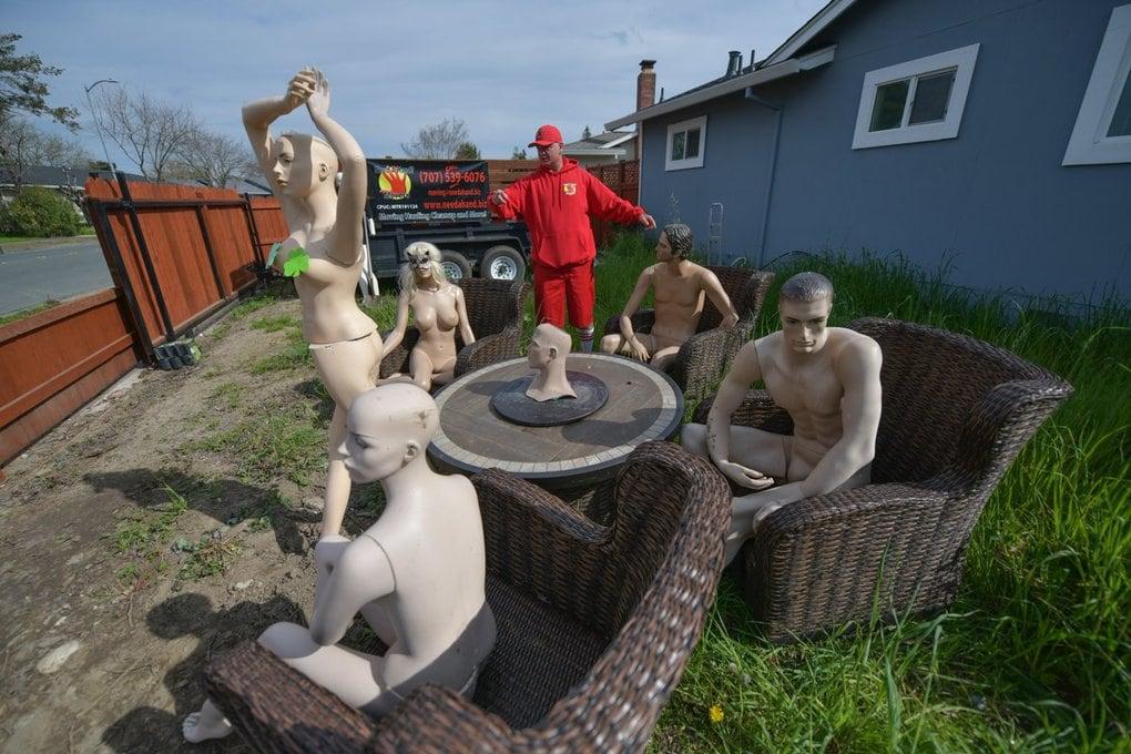 Вечеринка голых манекенов - месть за лишение забора