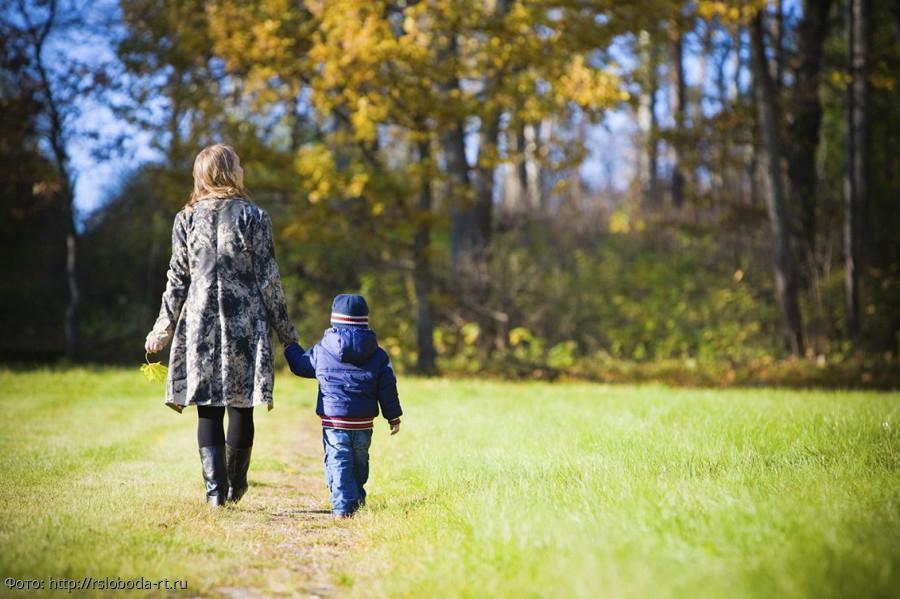 Сын всю жизнь обижался на маму за то, что рос без отца: но, узнав правду, стал перед ней на колени